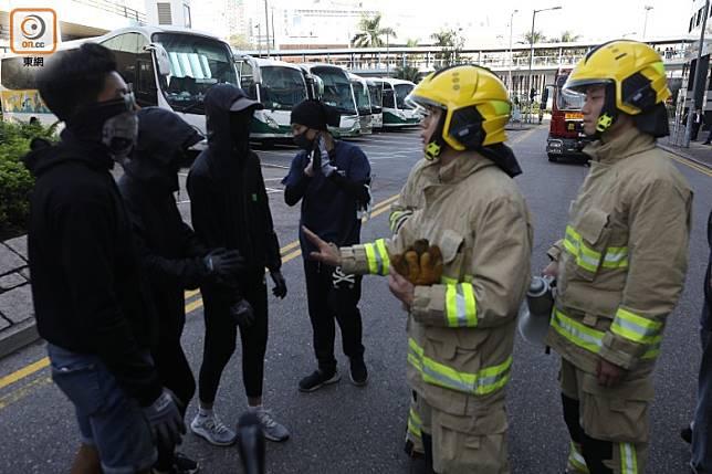消防員欲清理尖沙咀消防局外的路障,與示威者講數無功而還。