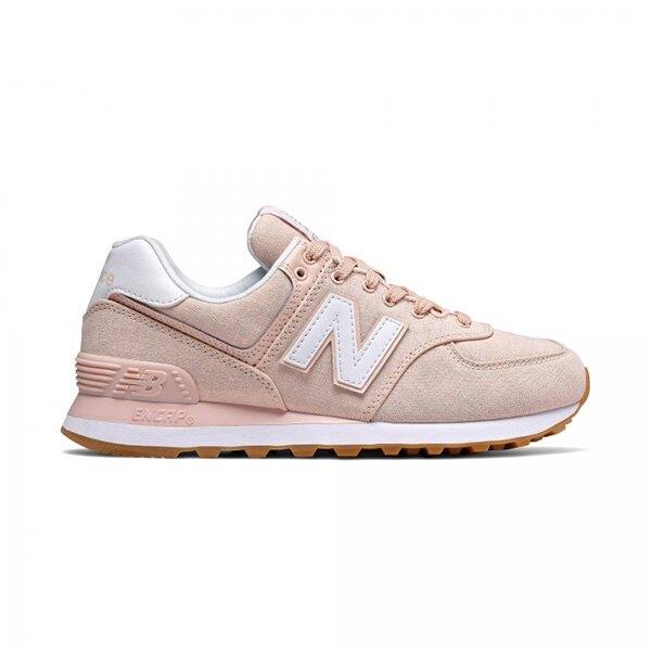 經典越野跑鞋574外型,以粉色調Chambray 斜紋布料鞋面製成,搭配格紋細節鞋舌標,可愛滿分。