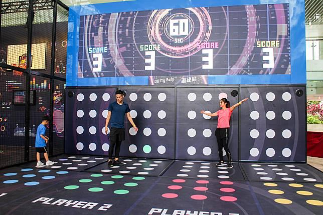大型訓練站考參賽者反應和手腳協調,參賽者手腳並用按下牆上和地面的亮燈。