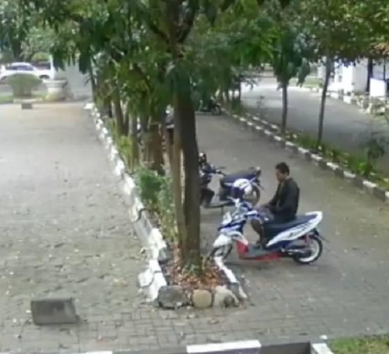 Detik-detik maling motor di parkiran kampus