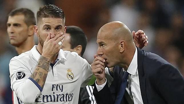 Sergio Ramos tengah berbisik kepada Zinedine Zidane dalam laga Real Madrid Vs Espanyol