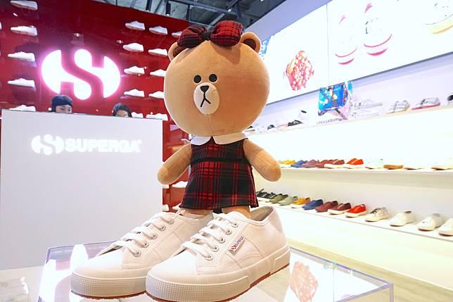 帆布鞋始祖之一Superga近日回歸香港,本小姐穿上的就是經典小白鞋2750。