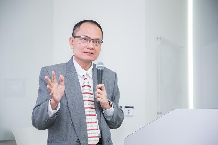 英特爾台灣分公司發言人鄭智成分享 oneAPI 最新資訊與未來的生態系發展。