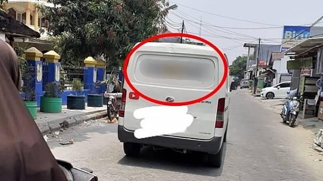 Daihatsu Gran Max yang bikin salah fokus. (Facebook/Zulfikar)