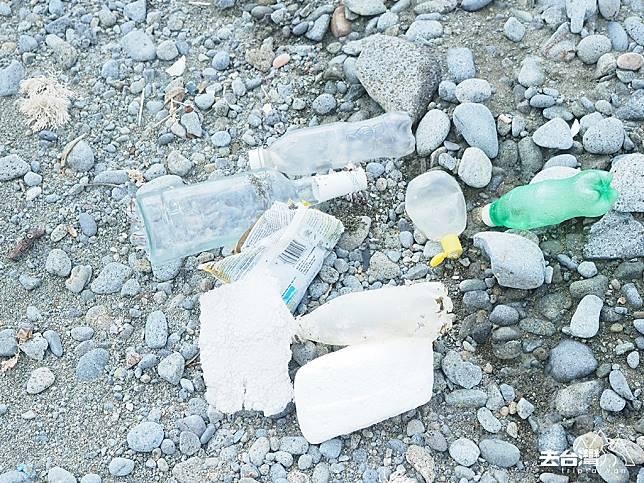 沙灘上有不少隨大海飄到蘭嶼的垃圾。