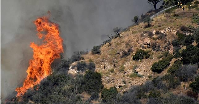 加州野火延燒至「億元豪宅區」 當局一度發布撤離令