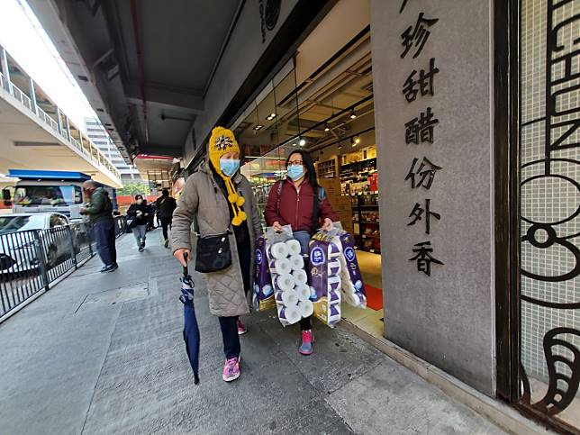 市民羅女士(黃帽)指,今早晨運完經過這間超市,入去看看,居然有貨,於是買兩條廁紙。