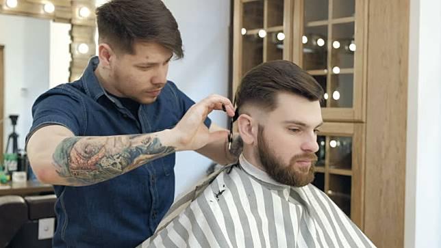 7 Gaya Rambut Pria 2017 yang Paling Populer. Suka yang Mana  c519c076c4