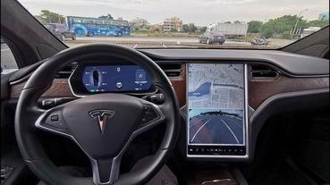 不再搞錯油門煞車? Tesla 新的「回充煞停」 體驗獲車主好評(影片)