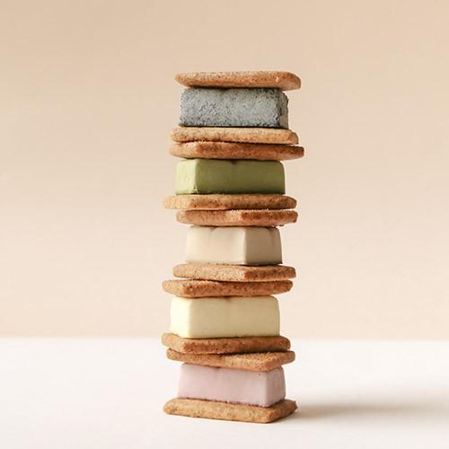 ⚠下單請注意⚠雪三豆的三豆來自日文「夾心 SANDO」的諧音,中間夾著源自義大利的甜點「卡達拉娜」,介於冰淇淋與布蕾之間的滑順口感,搭配外酥內鬆的香草莎布蕾派皮,手桿的多層次美味、冰涼細緻的口感,一口