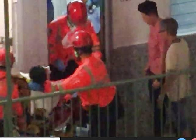 救護員將男子帶離住所。(互聯網)