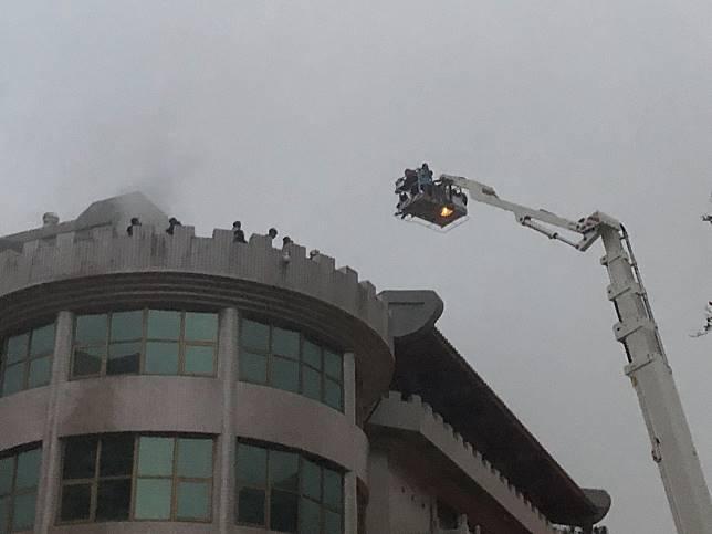 文化大學大典館5樓下午發生火警,頂樓受困的人已陸續由雲梯車救出。記者蘇健忠/攝