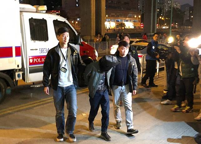 警方晚上將其中一名疑犯押往屯門一中學進行調查。(陳沅彤攝)