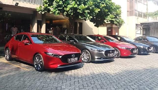Deretan mobil Mazda3 yang akan diuji coba performanya oleh jurnalis. TEMPO/Wira Utama