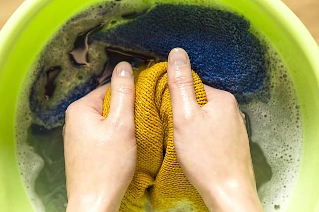 ▲穿毛衣吃火鍋,身上容易沾上味道,用小蘇打可輕易去除異味。(圖/信義居家提供)