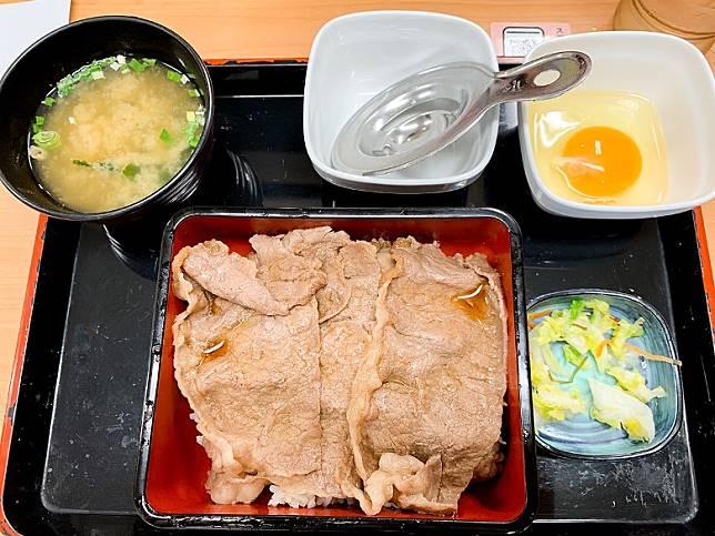 此乃「特撰Sukiyaki重」的實際模樣,只見西冷牛肉的面積相當大塊,據講每盒的牛肉分量重達120克,算係相當有誠意。(互聯網)