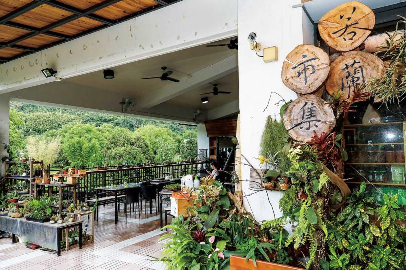 「若蘭市集&山坡咖啡」是咖啡店與販售在地農產品的複合式空間。(圖/焦正德攝)
