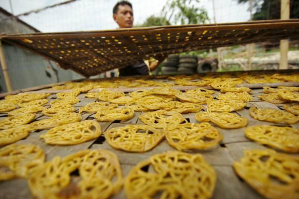 Pekerja menjemur kerupuk mie kuning di rumah industri kerupuk Desa Harjosari, Kabupaten Tegal, Jawa Tengah, Minggu (16/12/2018). Pemerintah menargetkan subsidi kredit usaha rakyat (KUR) dalam RAPBN 2019 mencapai Rp 12,2 triliun./ANTARA-Oky Lukmansyah
