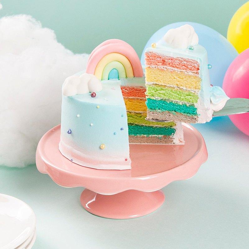 【彩虹朵朵】彩虹蛋糕DIY體驗製作 彩虹朵朵以五彩的柔軟戚風蛋糕為主體,外觀抹上漸層的粉紅、粉藍鮮奶油,上頭以彩色糖珠、馬林糖,以及翻糖製作的雲朵及彩虹,切開蛋糕還可以看到五種顏色的斷面,深受小朋友喜