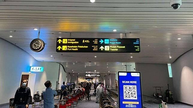 Posko pengawasan WNA dan WNI dari luar negeri di Bandara Soetta, Banten.