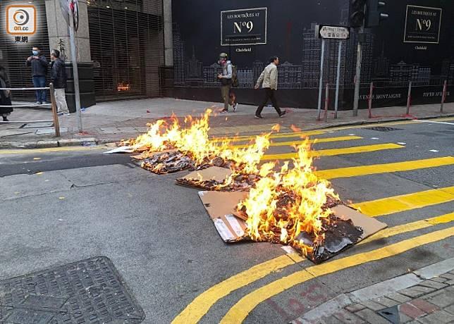 示威者點燃用於堵路的雜物。(陳亦瀅攝)