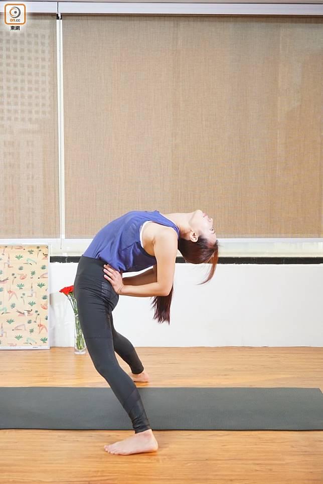 動作1:雙手推肚向前做後彎,抬起頭面朝天,吸氣時返回企直。(莫文俊攝)