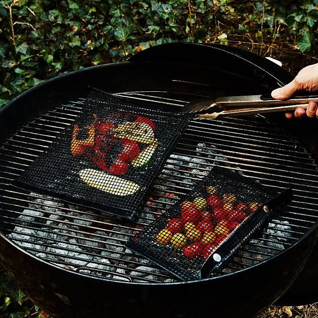 將食物放入燒烤袋內,一次過翻轉超方便。(互聯網)