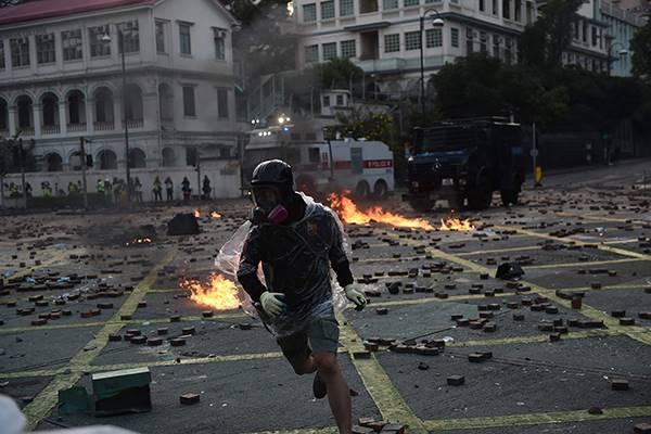 Bentrokan pengunjuk rasa dengan aparat kepolisian di Hong Kong
