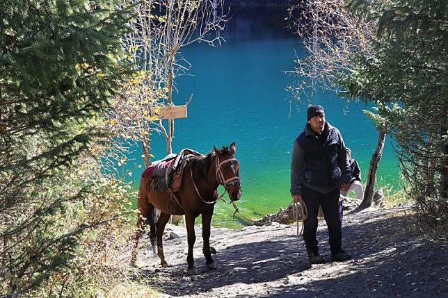 由於汽車不能直達湖畔,需徒步15至20分鐘才到達,有時可能會遇上山區牽馬的居民來找點生意帶大家回到車子。(互聯網)