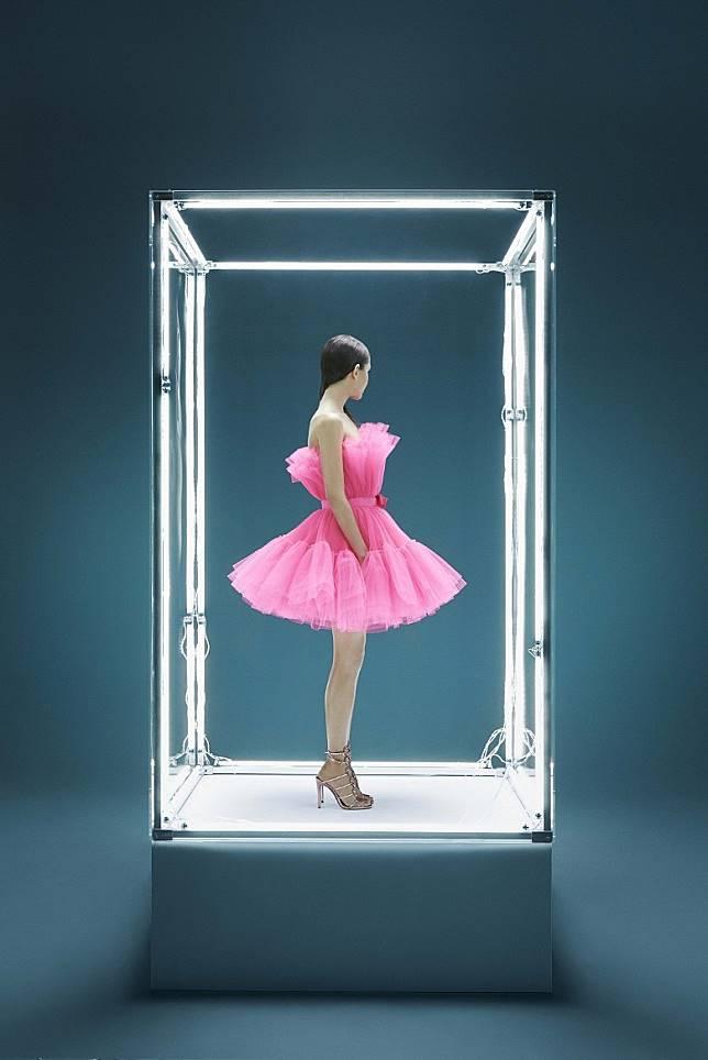 今日會搶先發售Pre-Drop系列,以華麗晚裝裙款為主。圖中這款粉紅色Flared Tulle Dress便相當吸晴。 (互聯網)