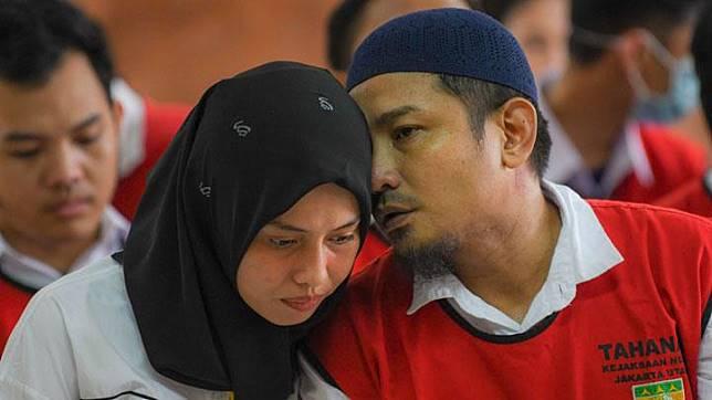 Zul Zivilia berbincang dengan sang istri sebelum menjalani sidang tuntutan di Pengadilan Negeri (PN) Jakarta Utara di Jakarta, Senin, 21 Oktober 2019. ANTARA