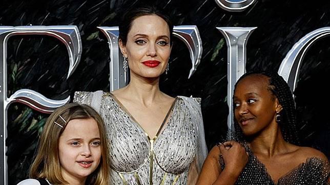 Angelina Jolie berfoto dengan dua putrinya, Vivienne dan Zahara, dalam premier film Maleficent: Mistress of Evil di London, Rabu, 9 Oktober 2019. Dua putra tertua Jolie, Maddox dan Pax, tidak terlihat dalam kesempatan ini. REUTERS/Peter Nicholls