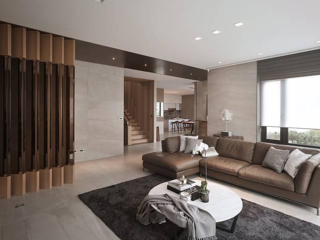 從客廳望向餐廚區與樓梯