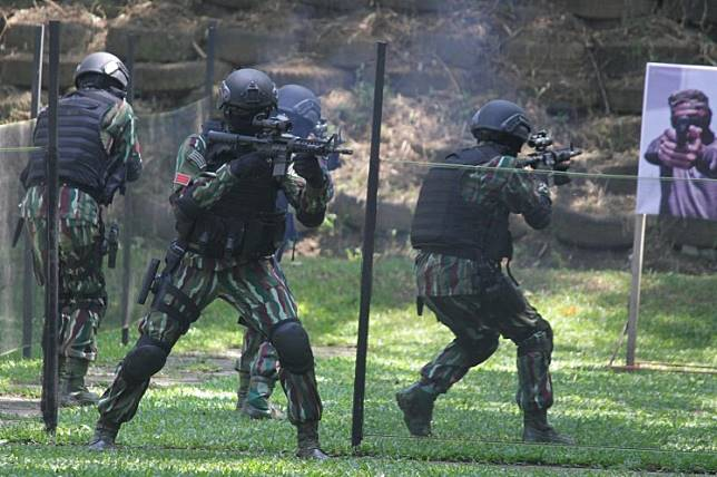 Police and military personnel attend an antiterror training session jointly held by the National Counterterrorism Agency, Indonesian Military and National Police at the East Java Police's Mobile Brigade headquarters in Malang, East Java, on May 18.