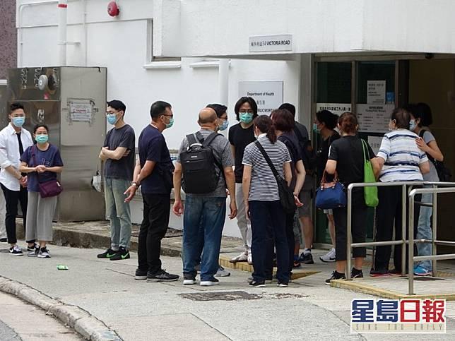 10多名死者家屬認屍拒絕採訪。楊永亨攝