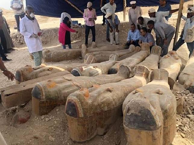 Para arkeolog telah menggali 30 peti mati kayu tertutup dengan mumi di dalamnya dekat Luxor, Mesir. Kredit: Kementerian Benda Purbakala Mesir