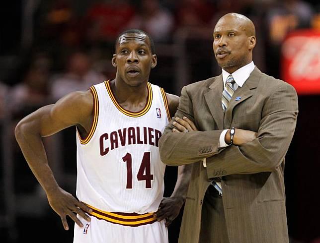 ▲效力NBA騎士時期的Lester Hudson(左)、騎士教練Byron Scott。(圖/美聯社/達志影像)