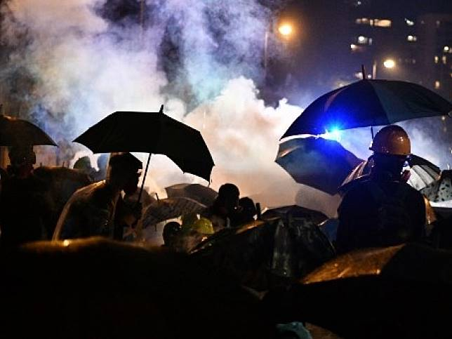 防暴警察向示威者發射催淚彈,現場煙霧瀰漫。(美聯社)