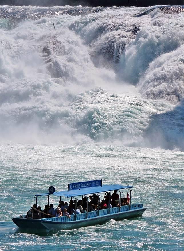 遊船駛往洶湧萊茵瀑布前,場面十分震撼。(小驢攝)