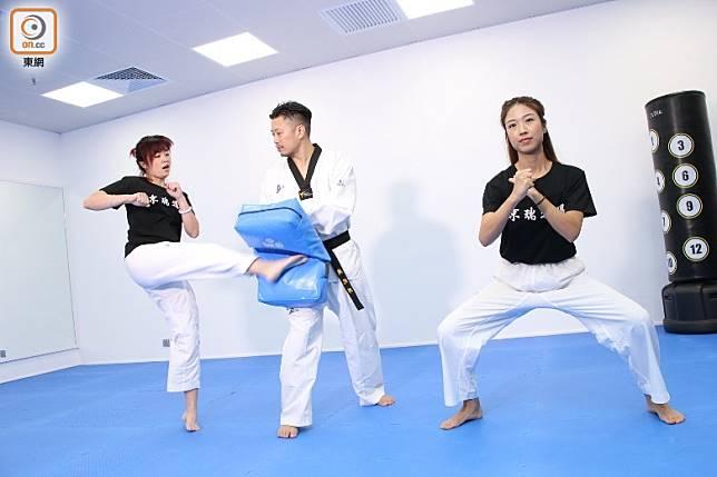 跆拳踢(連踢)是兩位學員一起輪流踢向教練腳靶,重點是踢完後要立刻紮馬,十分消耗體力。(張錦昌攝)