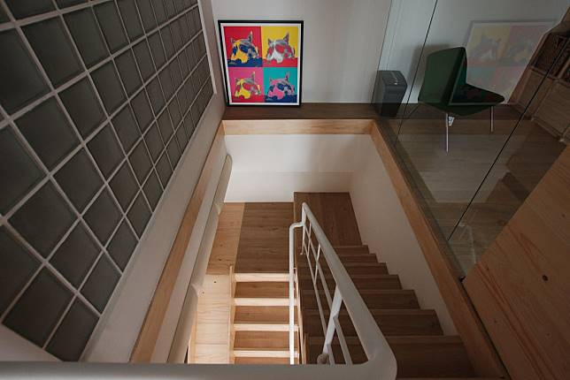 沿著樓梯往二樓前進....