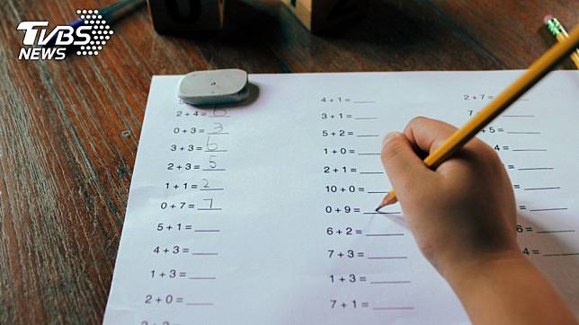 很多父母會選擇親自教導小孩寫作業!(示意圖/TVBS)