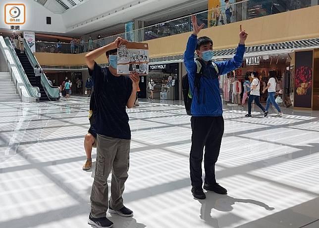 參與者舉起標語高叫口號。(趙瑞麟攝)