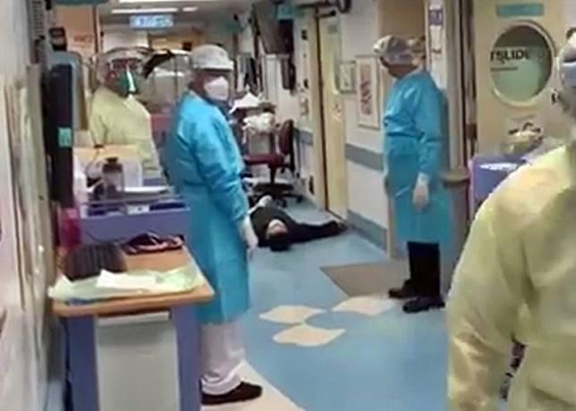 發燒男大字形躺在走廊,醫護人員束手無策。