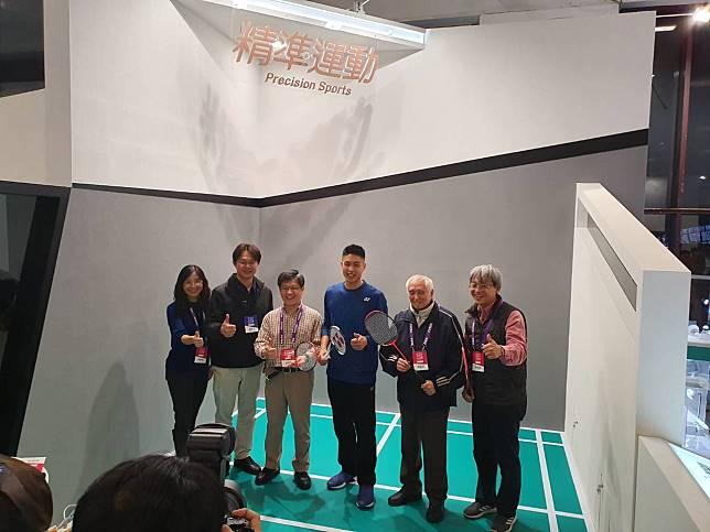 「一哥」周天成(右三)擔任未來科技展「精準運動」特別嘉賓。記者林宋以情/攝影