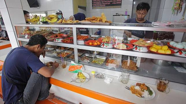 Warga makan di Warteg Subsidi Bahari kawasan Jalan Fatmawati, Jakarta, Sabtu (28/3).  [ANTARA FOTO/Reno Esnir]