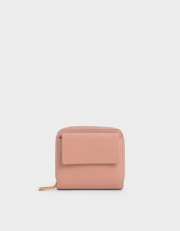 小巧的尺寸讓日常收納更加輕便,即便攜帶小型包款也能輕鬆放入。