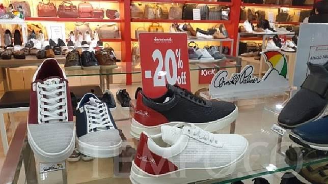 Gerai retail Sarinah di MH Thamrin, Jakarta Pusat, menggelar diskon untuk pelbagai produk fashion dalam rangka menyambut HUT RI. Sarinah menargetkan transaksi Rp 600 juta selama bulan Agustus. TEMPO/Francisca Christy Rosana