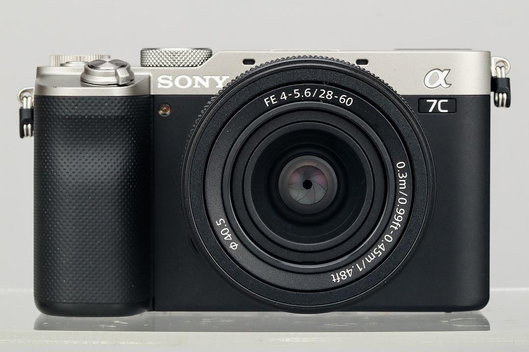 從正面看來,Sony A7C 猶如一台旁軸相機般具備沒有軍艦部的造型,這使得它更加容易被放進包包裡,也更容易帶出門拍照錄影。它的體積與 a6600 十分相近,並且重量也只僅只比 a6600 要重上 6g 而已。