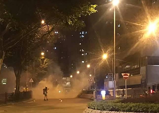 警方發射催淚彈驅散人群。(互聯網)